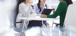 ミーティングする若い女性会社員